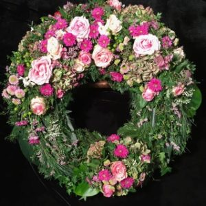 Friedhof Steppach Trauerkranz Blumen Flaschka