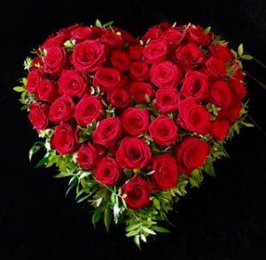 Friedhof Steppach Trauerherz mit roten Rosen